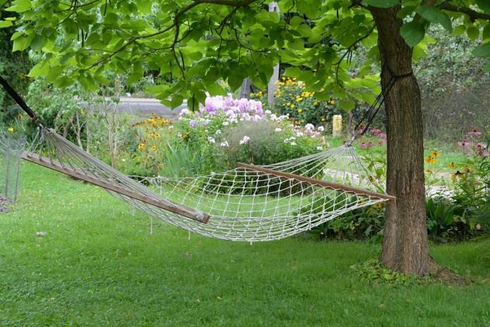 Hamak ogrodowy wykonany z siatki