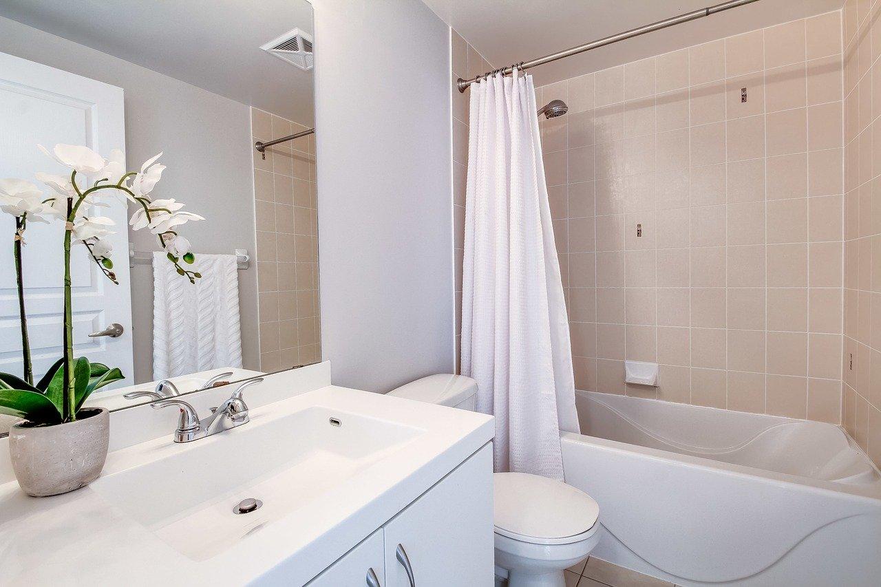 Mała łazienka urządzona na biało