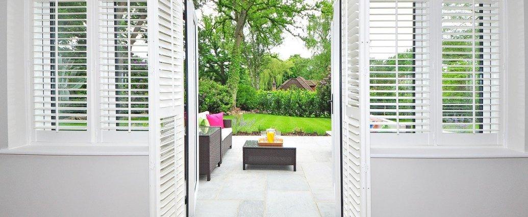 Białe shuttersy - idealna osłona okien i drzwi balkonowych