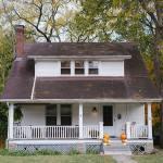 Dom jednorodzinny z białą elewacją