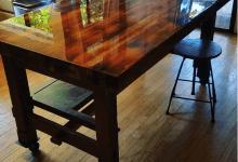 Epóxi cristal em mesa de madeira