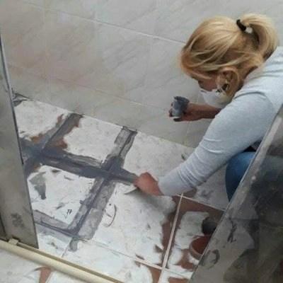Mulheres Aplicando Porcelanato Liquido