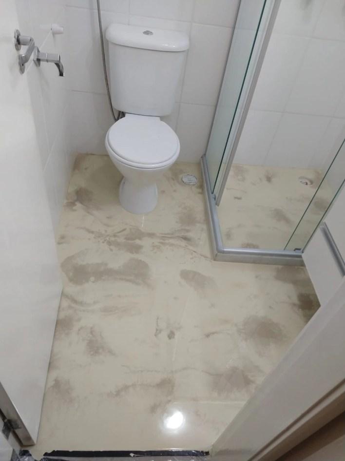 Resina epóxi banheiro bege
