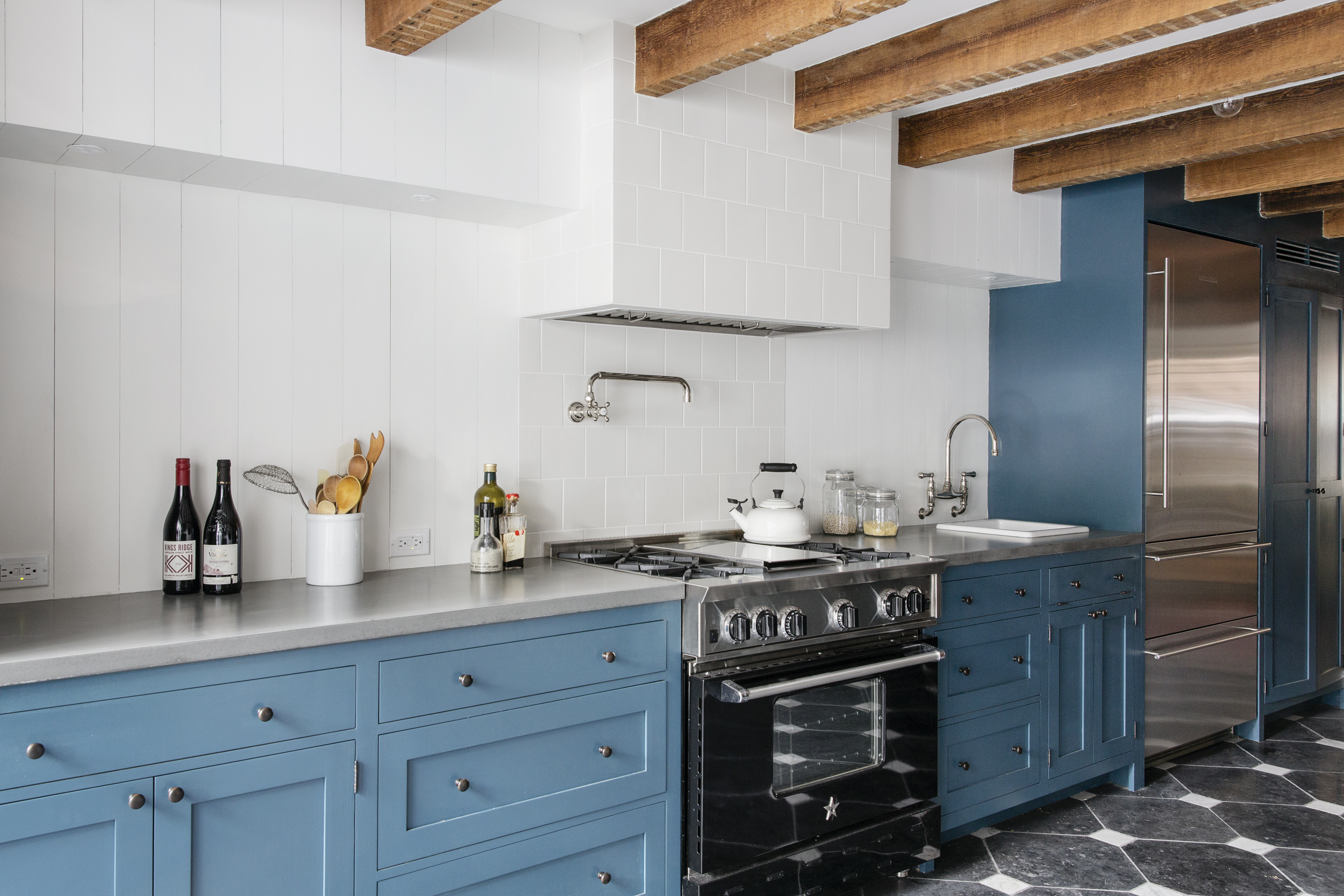 Landhausküche Blau Grau 7 Colorful Kitchens That Will Make You Want To Paint Your ...