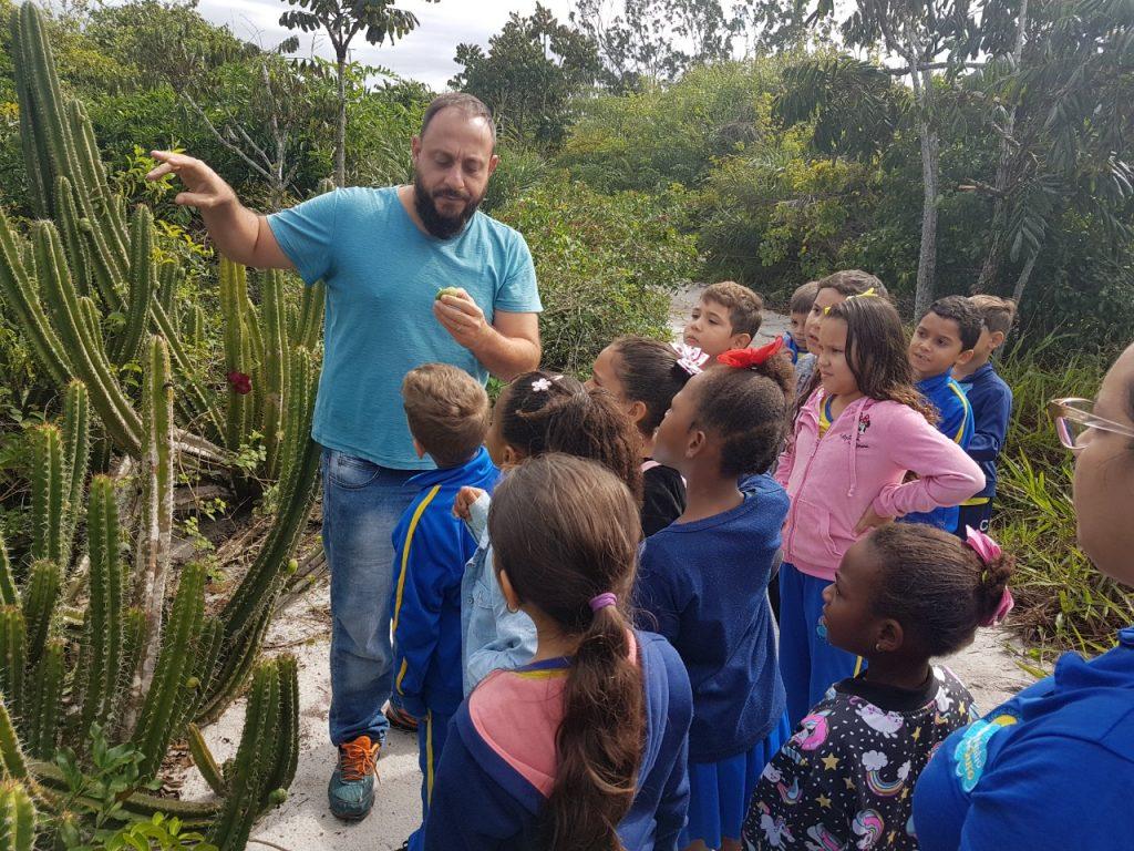 Biólogo Henrique ensinando