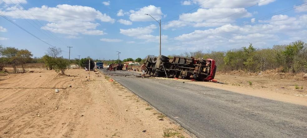 Motorista de caminhonete se envolve em grave acidente com caminhão e sai apenas com escoriações