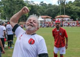 Lula comemora gol durante partida de inauguração do campo Dr. Sócrates, na ENFF. Foto: Ricardo Stuckert