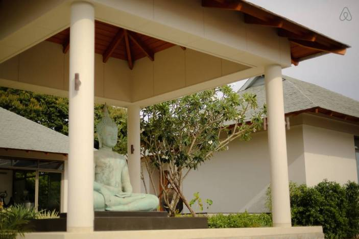 stay-in-this-arte-charpentier-designed-villa-overlooking-the-andaman-sea-3