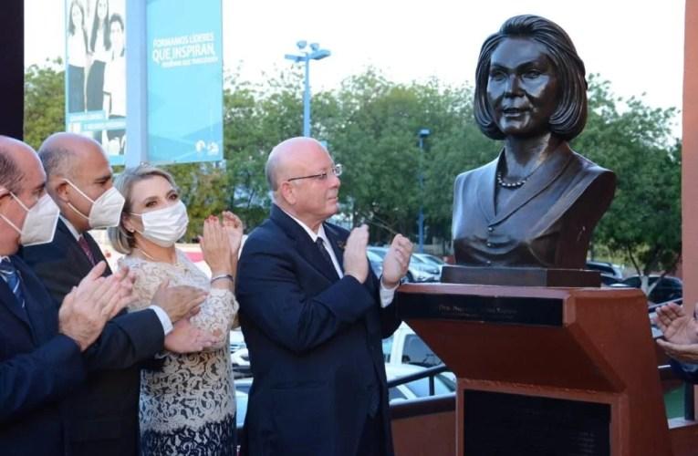 Devela UAS busto de Norma Corona en la Rotonda de los Universitarios Ilustres
