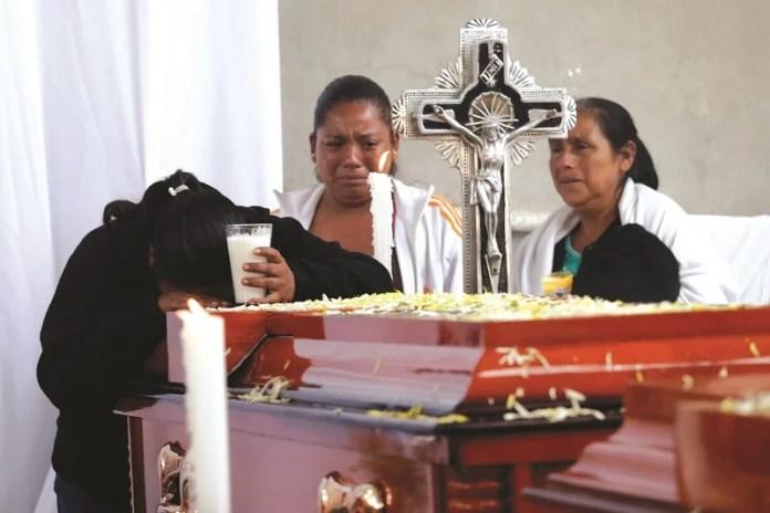 COXCATLAN, PUEBLA, 13JUNIO2016.- Familiares y amigos de las 11 personas asesinadas la comunidad del Mirador perteneciente al municipio de Coxcatlán (siete mujeres, dos de ellas menores de edad, y cuatro hombres), celebraron ceremonia religiosa para posteriormente realizar los servicios funerarios en el panteón de la cabecera municipal. FOTO: HILDA RIOS/ CUARTOSCURO.COM