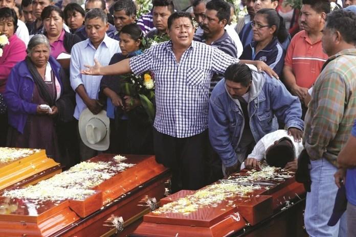 COXCATLAN, PUEBLA, 13JUNIO2016.- Familiares y amigos de las 11 personas asesinadas la comunidad del Mirador perteneciente al municipio de Coxcatlán (siete mujeres, dos de ellas menores de edad, y cuatro hombres), celebraron ceremonia religiosa para posteriormente realizar los servicios funerarios en el panteón de la cabecera municipal. FOTO: HILDA RIOS /CUARTOSCURO.COM