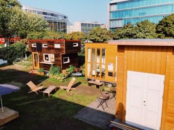 e a vila de casas destinadas aos mestres projetadas por Mies Van der Roh diretor da escola nos últimos anos.