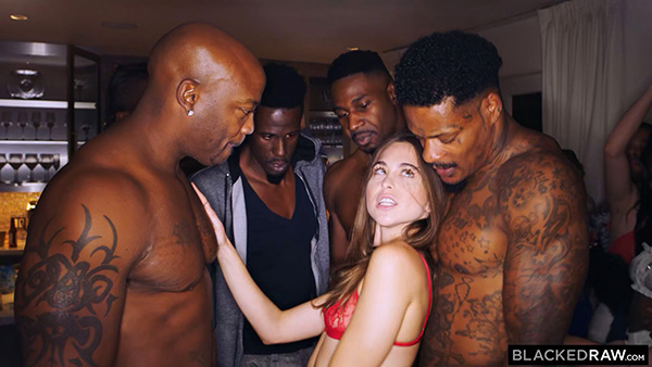 [BlackedRaw] Riley Reid – Girlfriend Gangbang At The After Party [1080p HEVC 10bit]