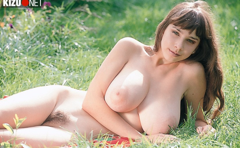 Yulia Nova in the park – HD nude pictures