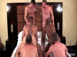 Coroas fazendo suruba no quarto.