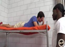 Negão comendo o cu do branquelo na cadeia.