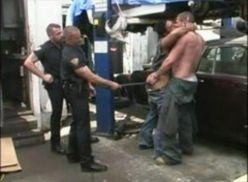 Suruba gay dos policias no ferro velho.