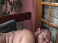 Coroa dando rabinho, vídeo amador gay.