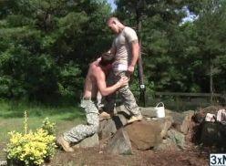 Soldados trepando caiu na net.