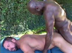 Negão trepando com cliente na massagem.