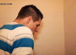 Vídeo amador no banheiro publico.