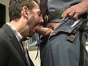 Mamou no cassete do policial coroa.