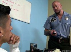 Deu pro policial sarado na revista intima.