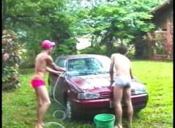 Lavando o carro e metendo – Porno Gay Amador.