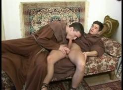 Monges Gays deram uma escorregada.