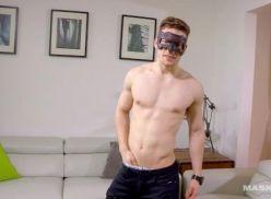 Boy sarado usando mascara em video pelado.