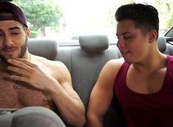 Casal sarado gay gravando a transa.