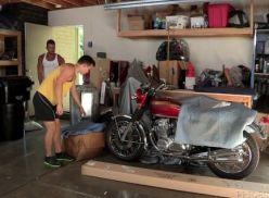 levou pra ver a moto e meteu com ele.