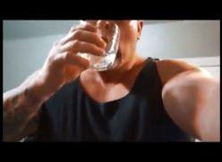 Madurão batendo punheta e gozando no copo.