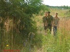 Escoteiros transando no acampamento