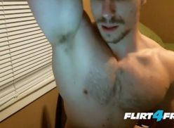 Gostoso assistindo porno e batendo punheta