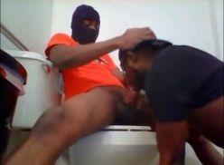 Negão mandando um boquete no banheiro.