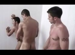 Suruba gay no banheiro do club