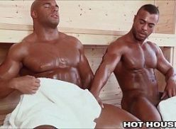 Sexo gay com homens musculosos