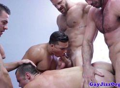 Suruba gay com os gatos da academia