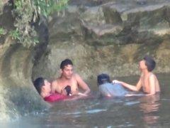 mamando en el río