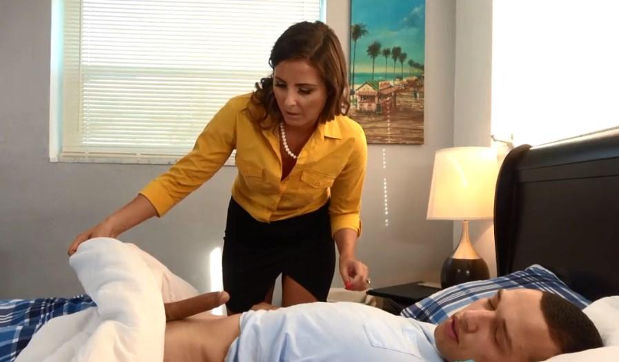video relacionado Madraza caliente consuela el corazón roto de su hijo
