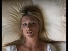 Blondínka sa robká v posteli