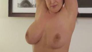 Huishoudster met grote borsten betrapt haar baas bij het aftrekken