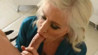 Knappe blonde oma is de buurman aan het pijpen