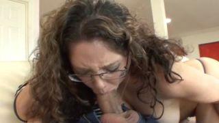 Mijn geile tante heeft mijn pik gezien, ze wil sex met me