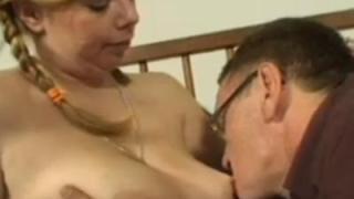 Kinky Mathilda, jonge vrouw, wordt op de bank geneukt door een opa