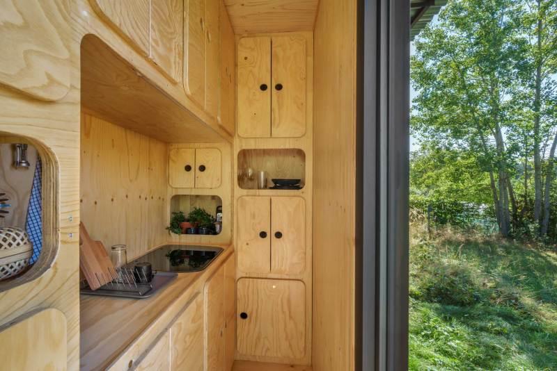, Esta casa contenedor autosuficiente tiene turbina eólica, paneles solares y tratamiento de aguas