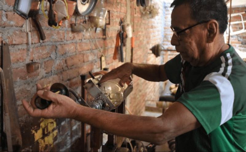 , Roberto de 72 años recicla cientos de botellas de plástico para crear escobas ecológicas