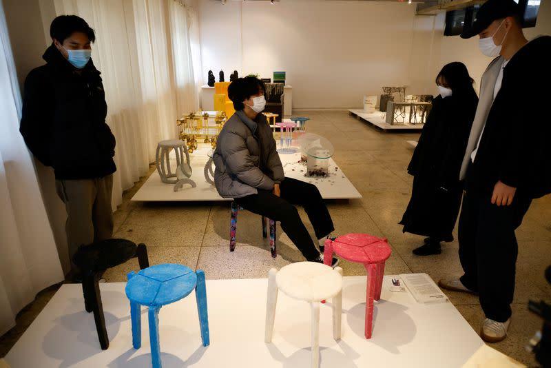 , Estudiante recicla mascarillas usadas y las convierte en muebles