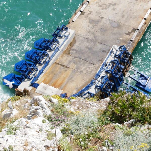, Estudiante inventa flotadores gigantes que generan electricidad con la olas de Mar